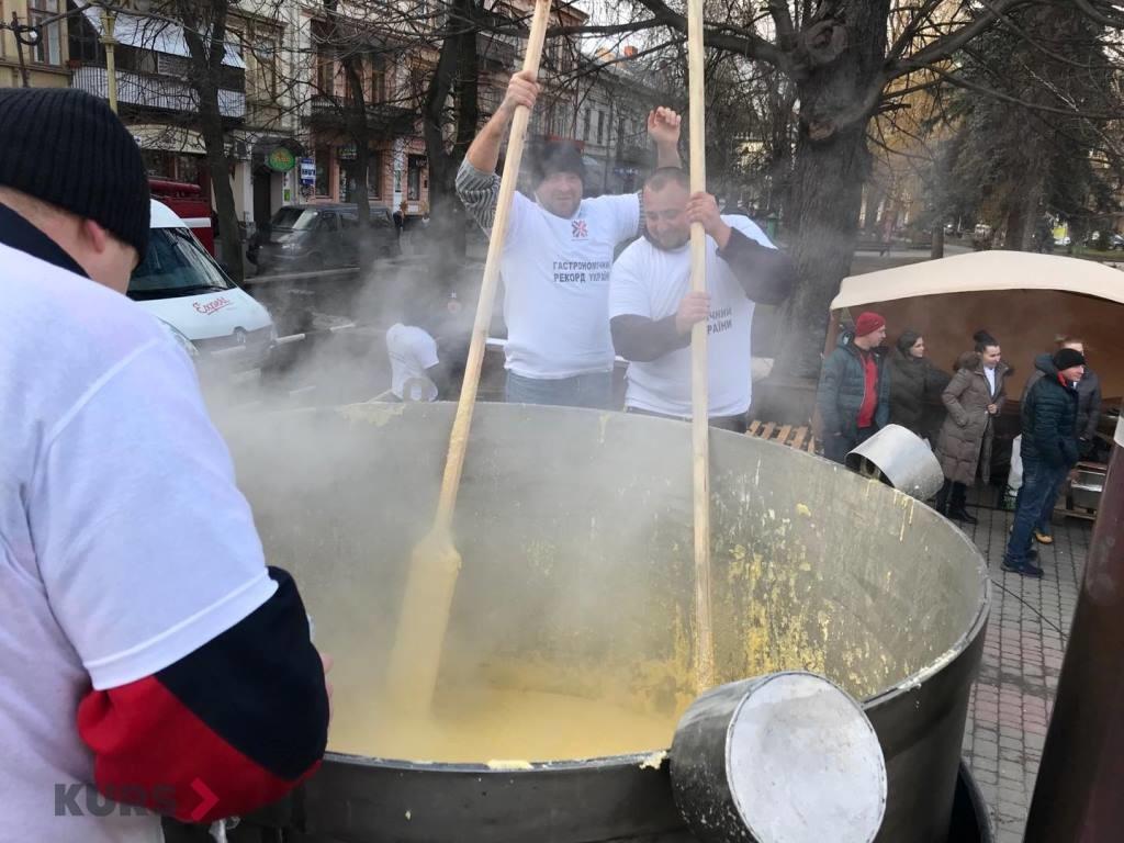 В центрі Франківська готують рекордний банош 8