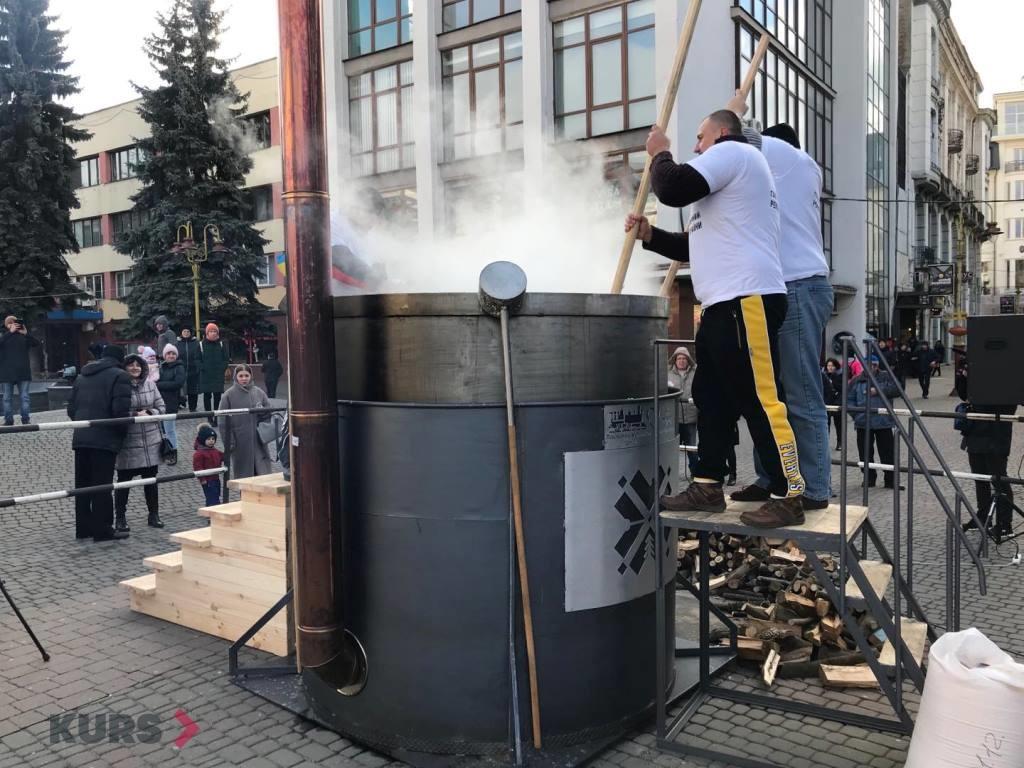 В центрі Франківська готують рекордний банош 10