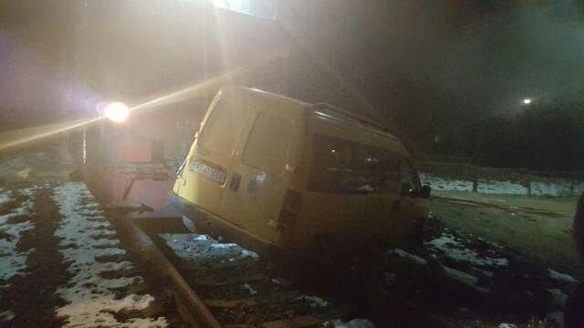 У Калуші потяг зачепив автомобіль 2