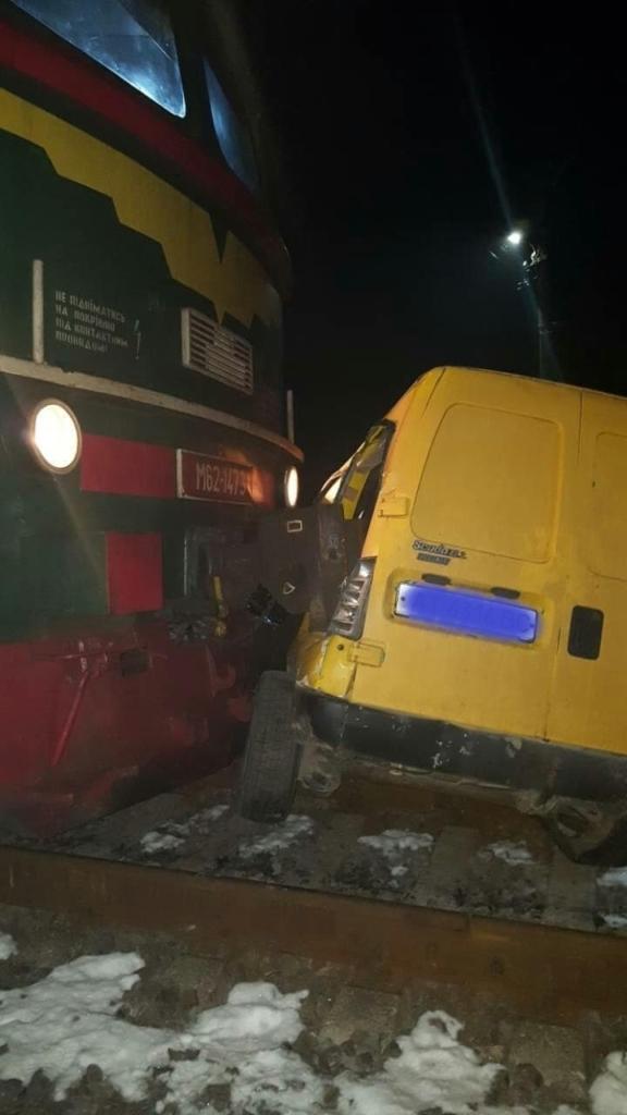 У Калуші потяг зачепив автомобіль 4