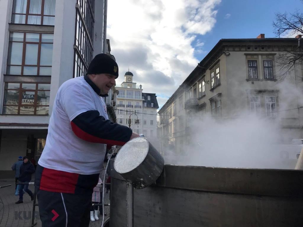 В центрі Франківська готують рекордний банош 12