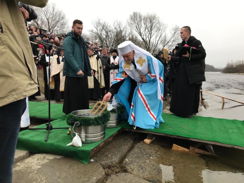 Сотні франківців прийшли до Бистриці святити воду та купатися 2