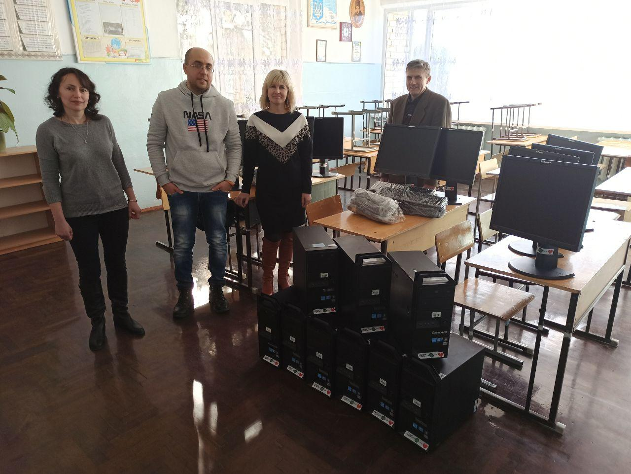 Франківські айтішники подарували двом школам 20 комп'ютерів 6