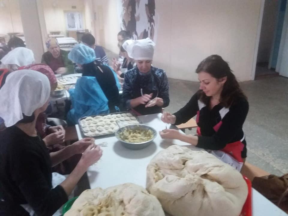 У франківській гімназії готували голубці та вареники бійцям на Схід 14