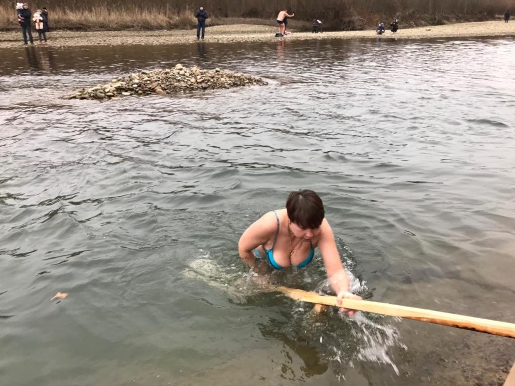 Сотні франківців прийшли до Бистриці святити воду та купатися 7