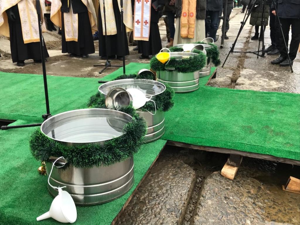 Сотні франківців прийшли до Бистриці святити воду та купатися 5