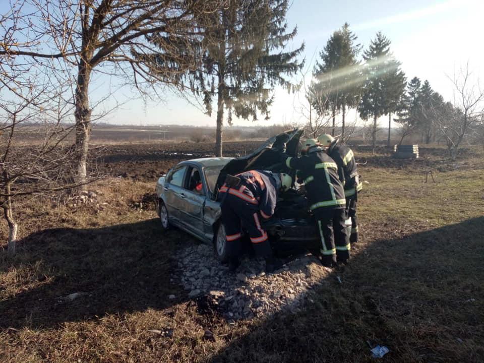На Городенківщині зіткнулися два легковики – рятувальники витягали водія з салону 2
