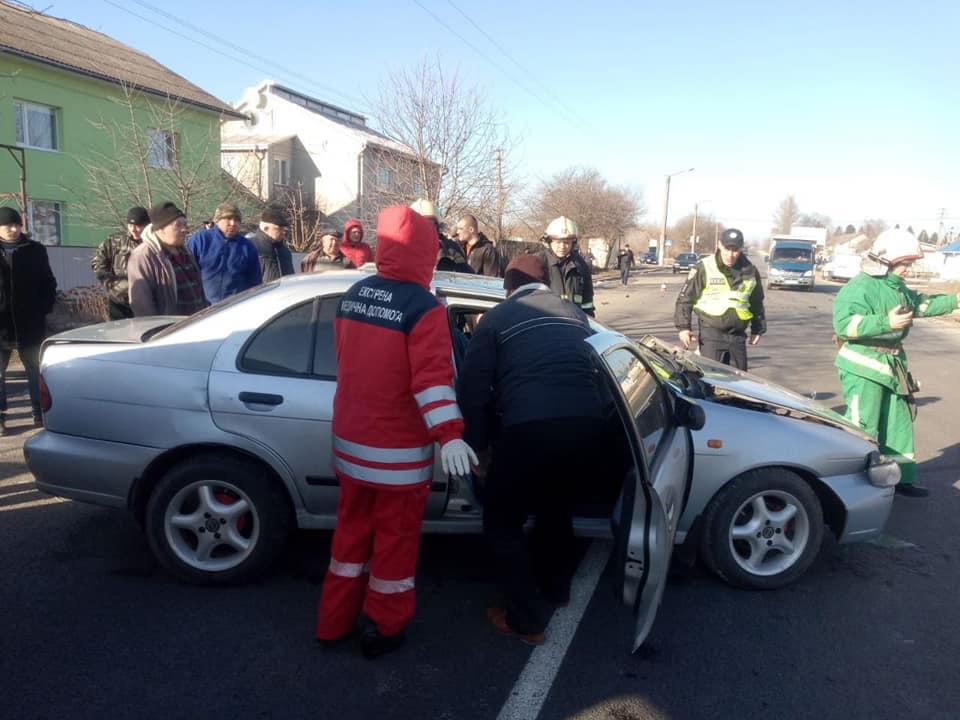 На Городенківщині зіткнулися два легковики – рятувальники витягали водія з салону 4