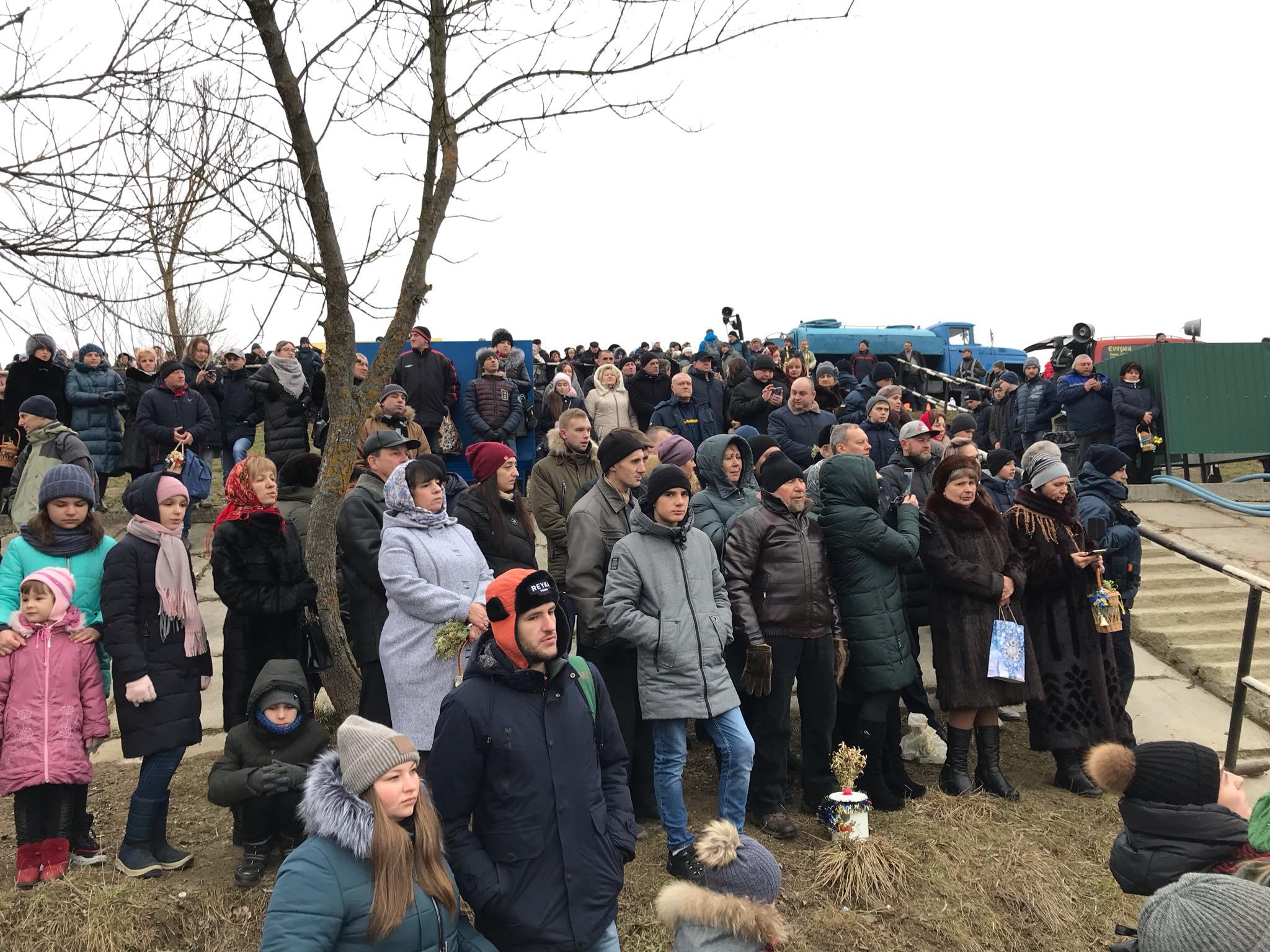 Сотні франківців прийшли до Бистриці святити воду та купатися 12