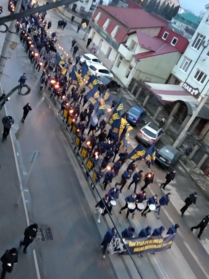"""""""Наша земля – наші герої"""": двома смолоскипними маршами у Франківську вшанували полеглих під Крутами 10"""