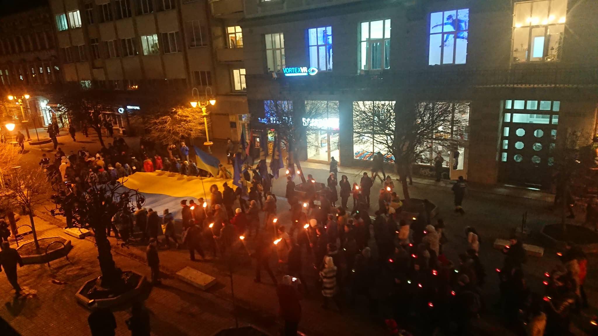 """""""Наша земля – наші герої"""": двома смолоскипними маршами у Франківську вшанували полеглих під Крутами 18"""