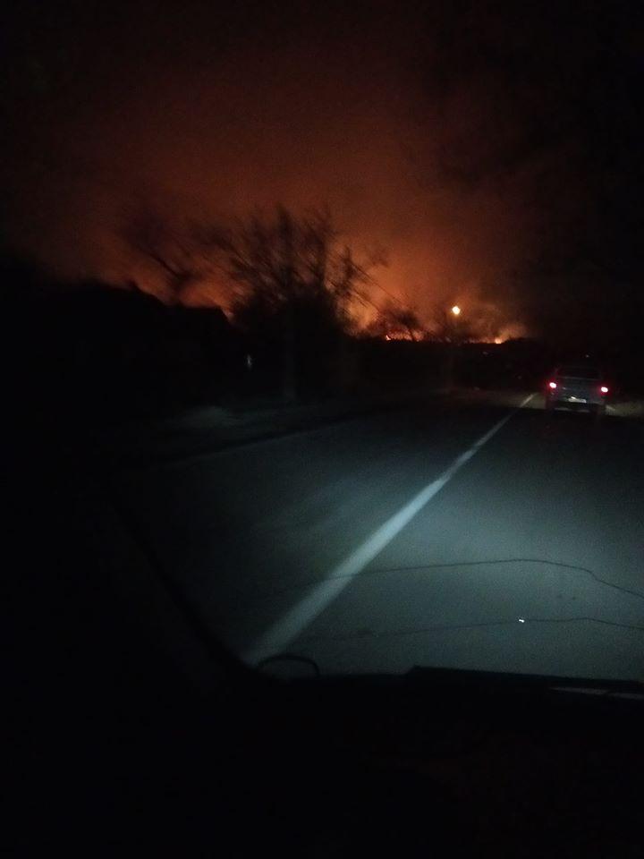 """""""Вогонь іде до будинків"""": три години гасили масштабну пожежу сухої трави біля Долини 2"""