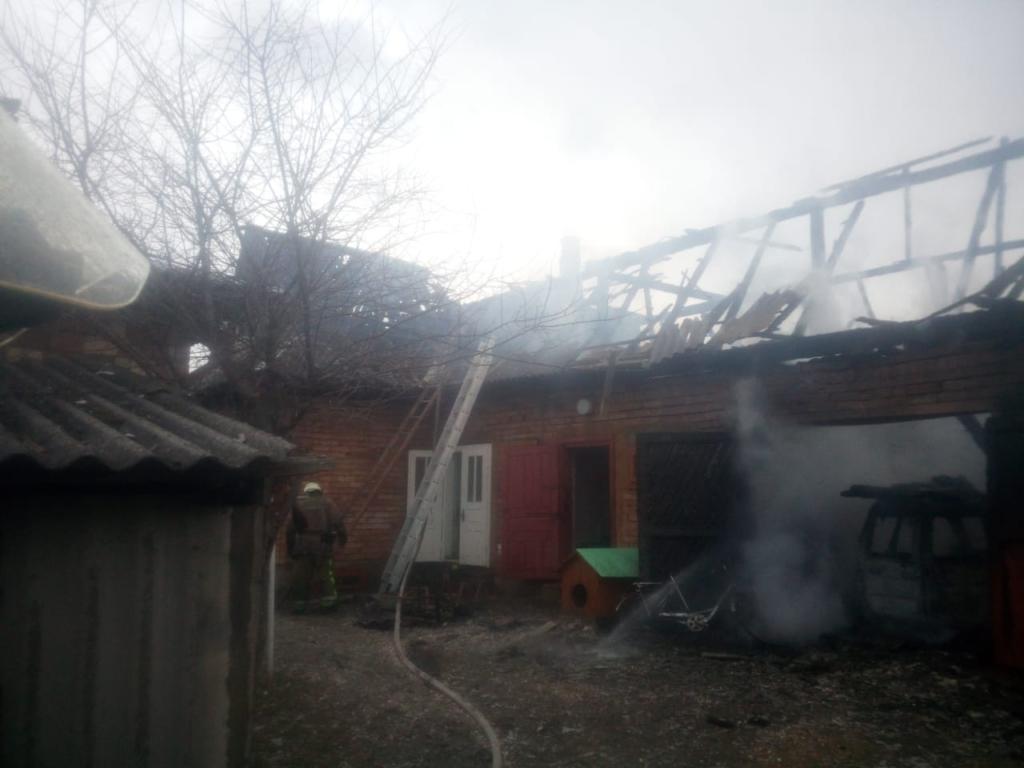 На Косівщині в пожежі згоріли господарська будівля та авто 2