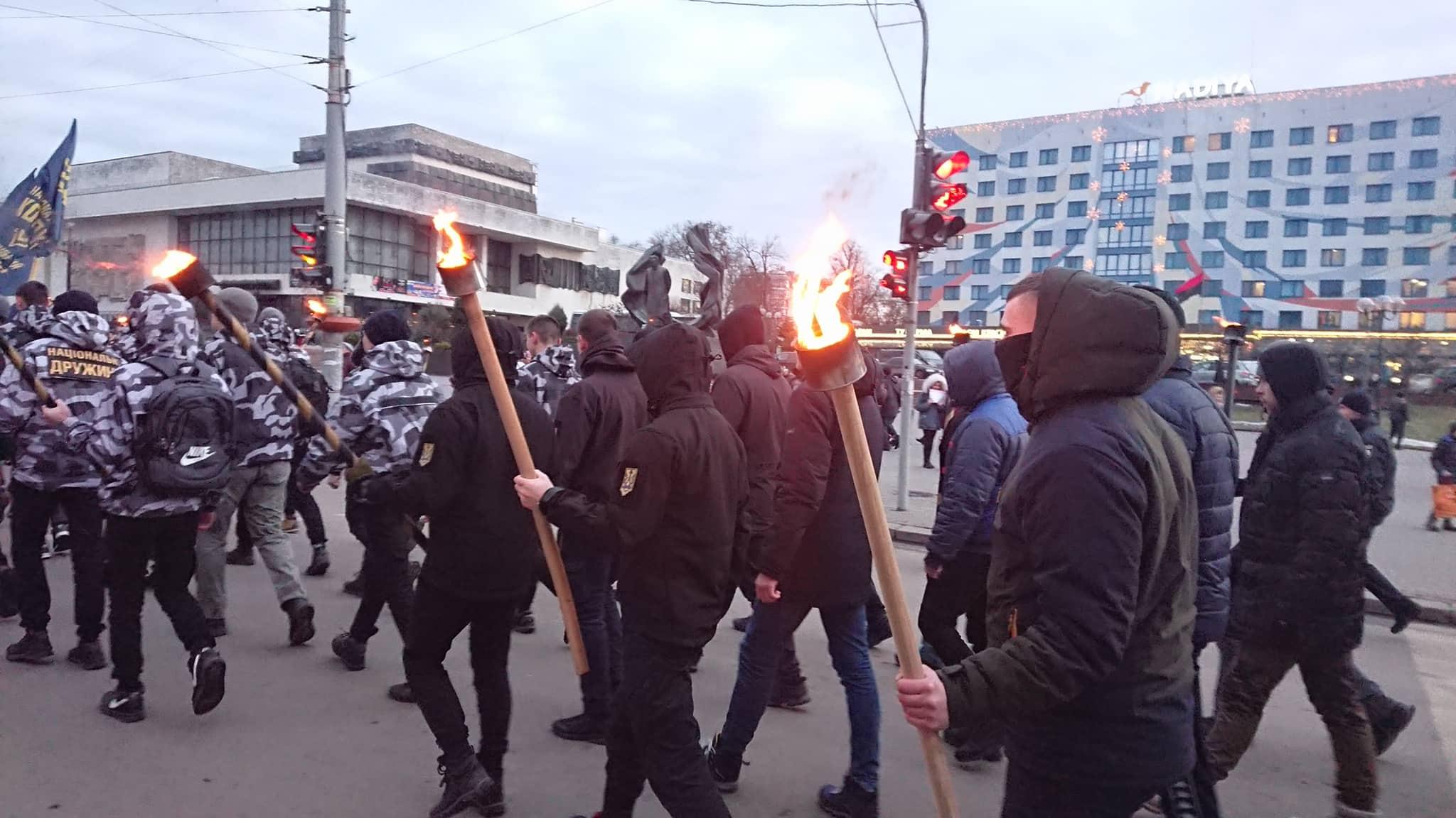 """""""Наша земля – наші герої"""": двома смолоскипними маршами у Франківську вшанували полеглих під Крутами 12"""