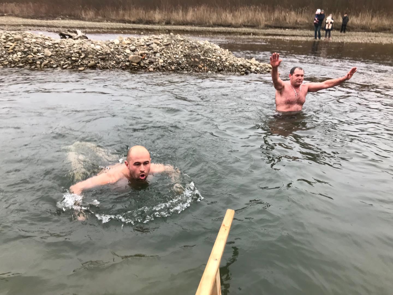 Сотні франківців прийшли до Бистриці святити воду та купатися 18