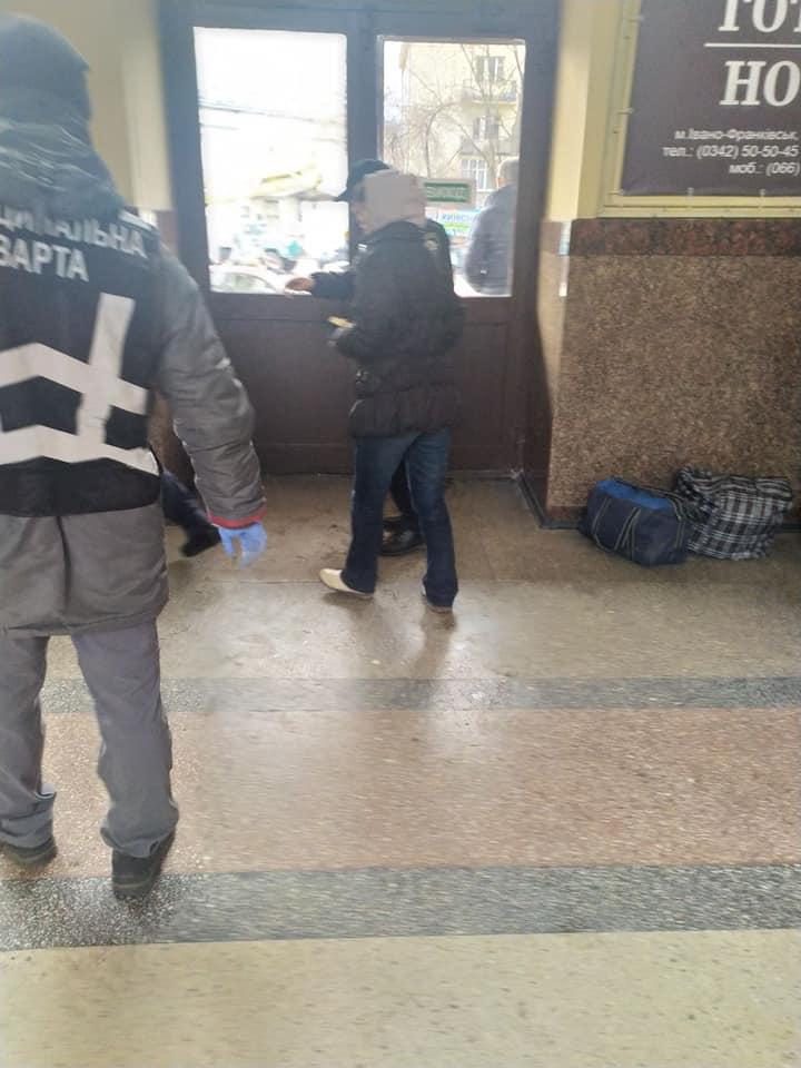 На франківському вокзалі жінка погрожувала перехожим фізичною розправою 4
