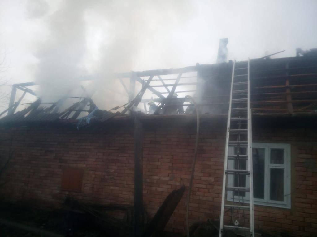 На Косівщині в пожежі згоріли господарська будівля та авто 4