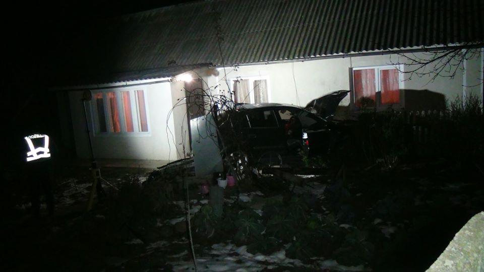 """У Драгомирчанах """"Opel"""" влетів у будинок і перекинувся 2"""