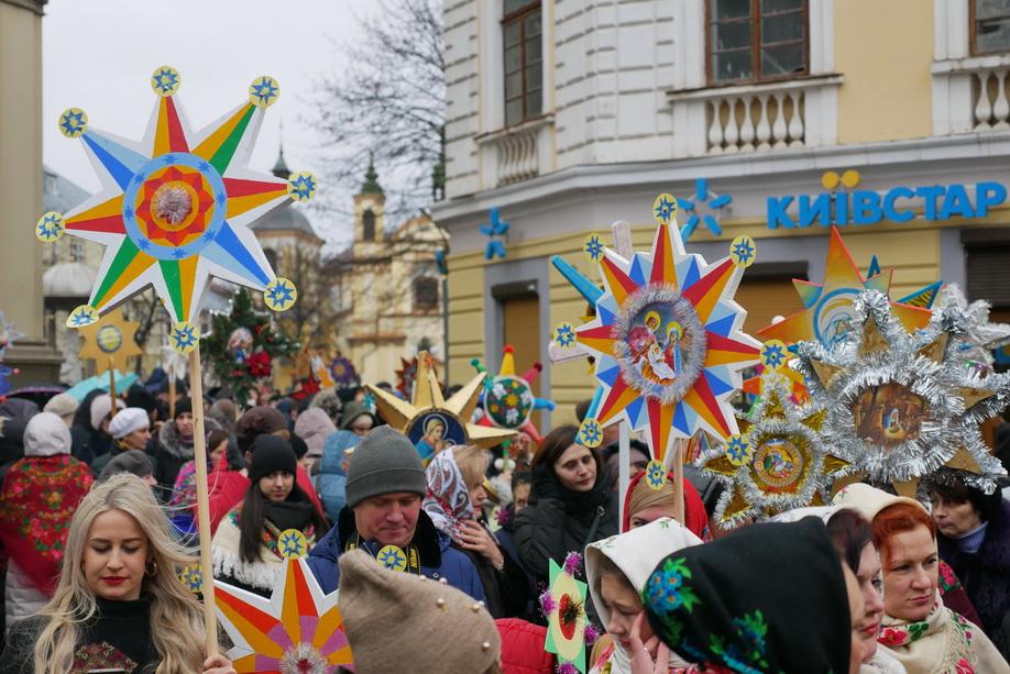 660 вифлиємських зірок: у Франківську пройшла рекордна різдвяна хода 38