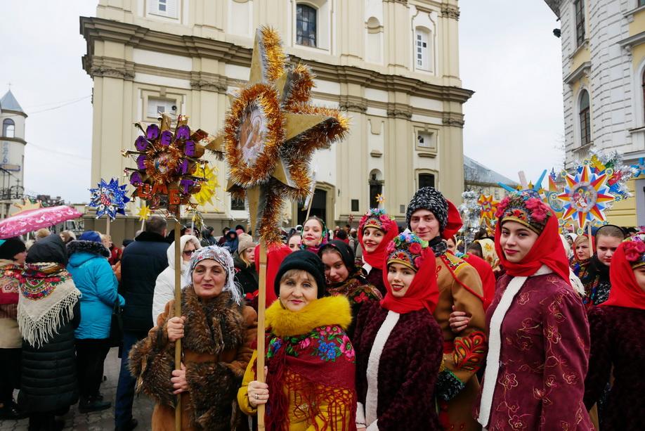 660 вифлиємських зірок: у Франківську пройшла рекордна різдвяна хода 34