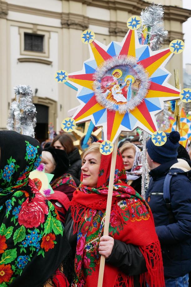 660 вифлиємських зірок: у Франківську пройшла рекордна різдвяна хода 32