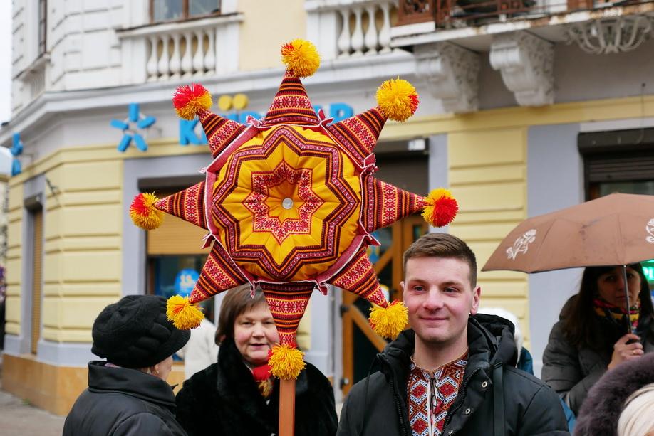 660 вифлиємських зірок: у Франківську пройшла рекордна різдвяна хода 30