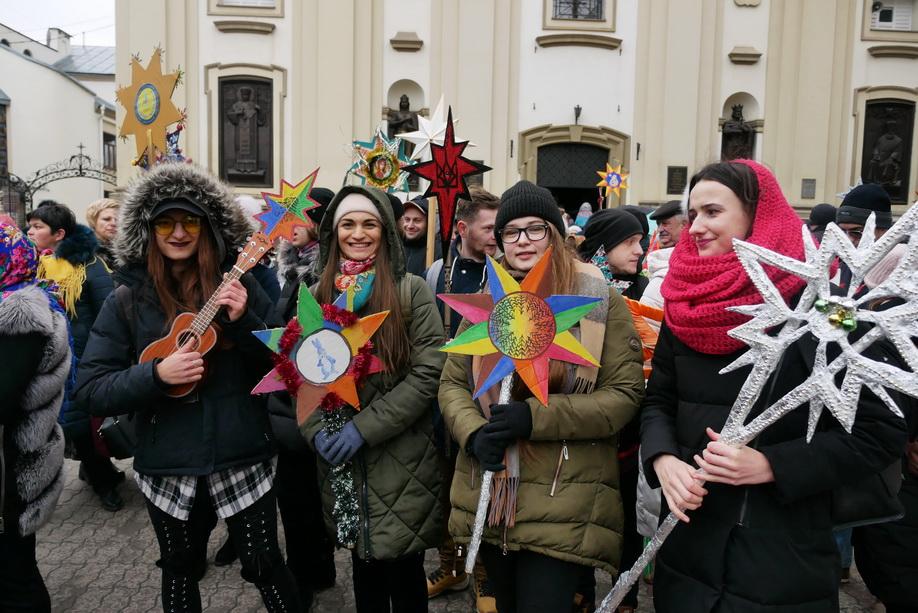660 вифлиємських зірок: у Франківську пройшла рекордна різдвяна хода 28