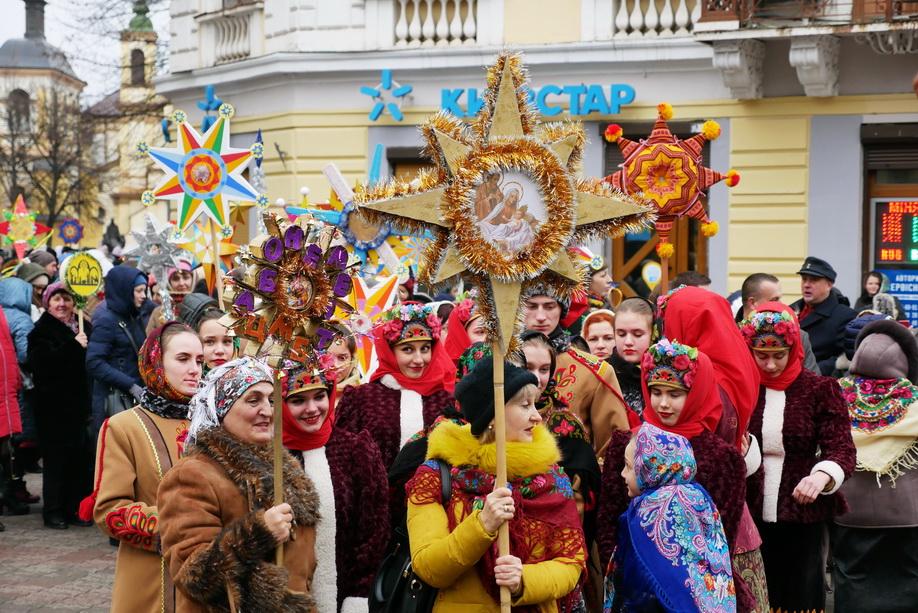 660 вифлиємських зірок: у Франківську пройшла рекордна різдвяна хода 22