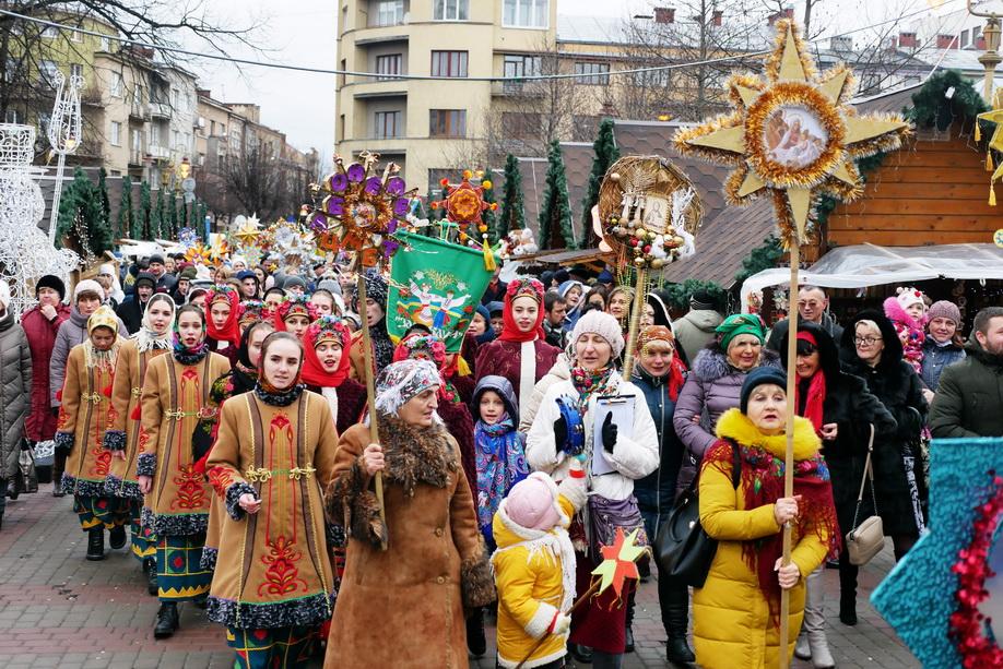 660 вифлиємських зірок: у Франківську пройшла рекордна різдвяна хода 14