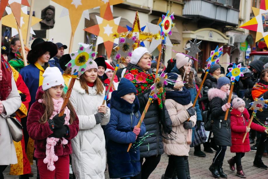 660 вифлиємських зірок: у Франківську пройшла рекордна різдвяна хода 12