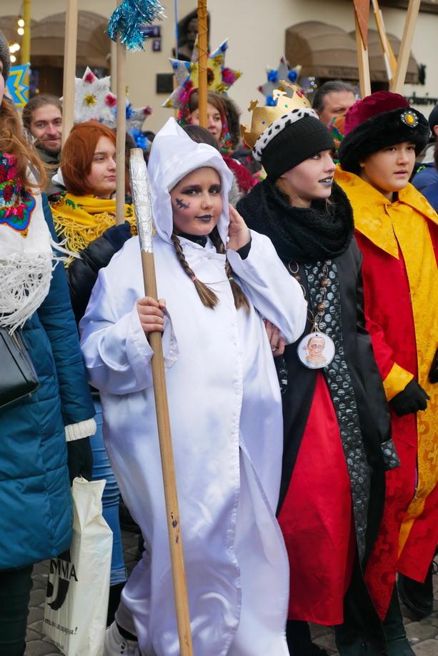660 вифлиємських зірок: у Франківську пройшла рекордна різдвяна хода 10
