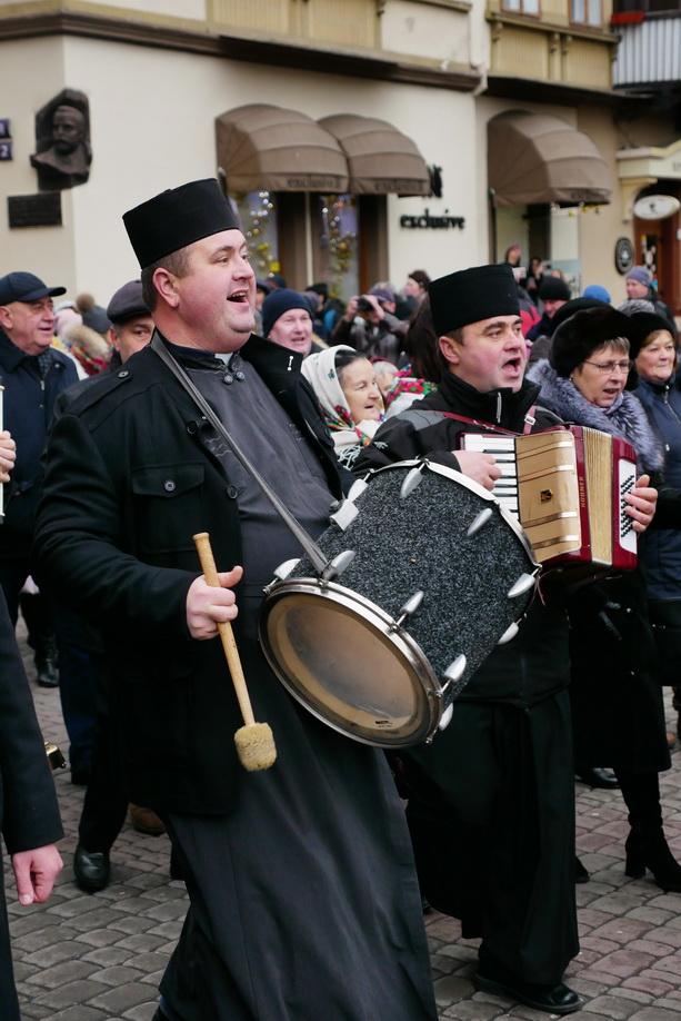 660 вифлиємських зірок: у Франківську пройшла рекордна різдвяна хода 8