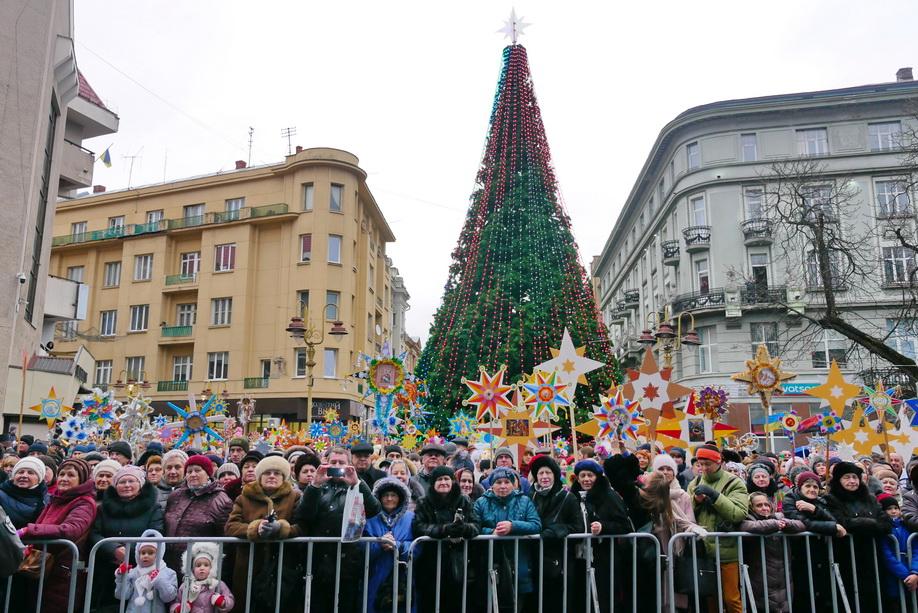 660 вифлиємських зірок: у Франківську пройшла рекордна різдвяна хода 4