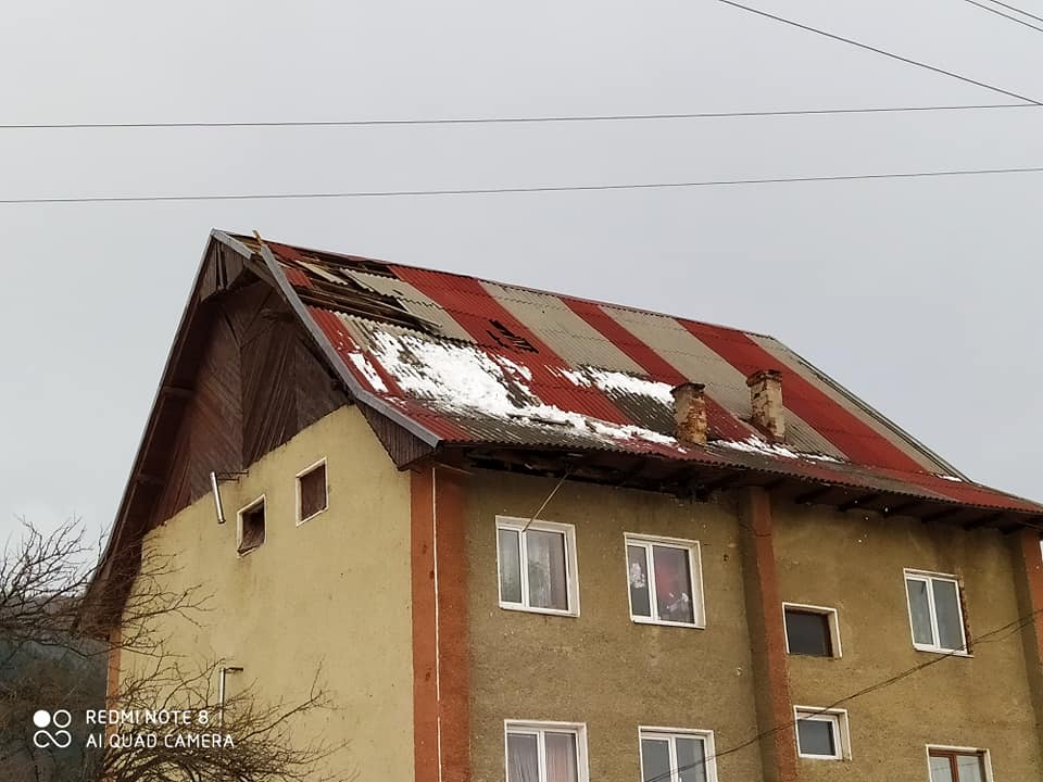 Негода на Прикарпатті: шквальний вітер зриває дахи і валить дерева у 5 районах 4