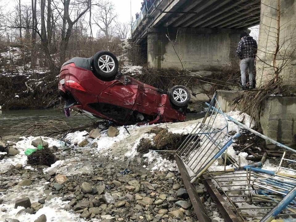У Пістині Hyundai злетів з моста в річку 2