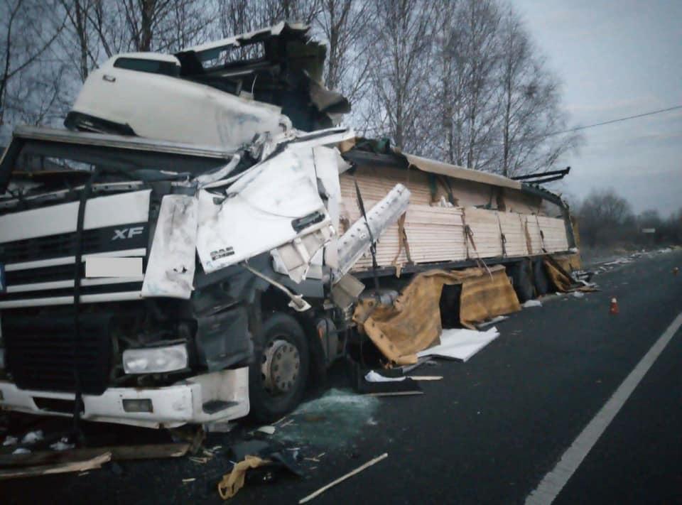 На Рогатинщині зіткнулися дві вантажівки, один водій у лікарні 2