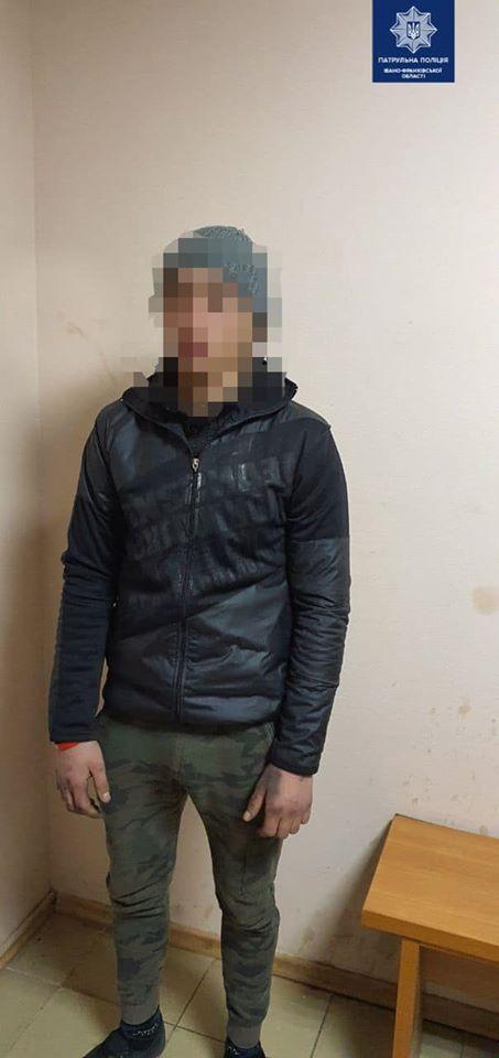 У Франківську на вокзалі четверо ромів пограбували чоловіка 4