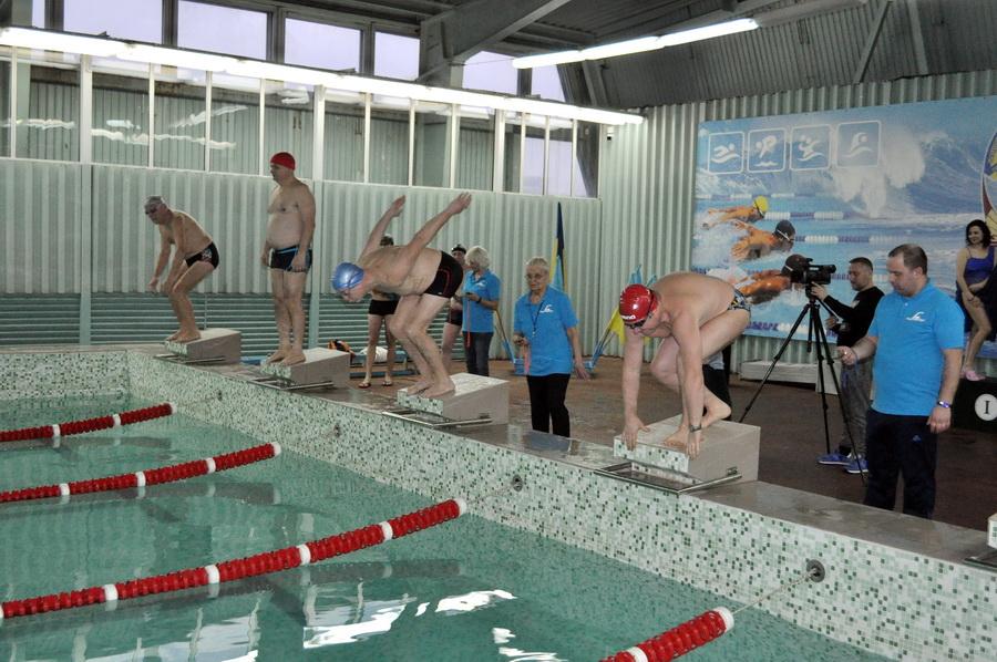 Викладачі франківського медуніверситету змагались у плаванні 5