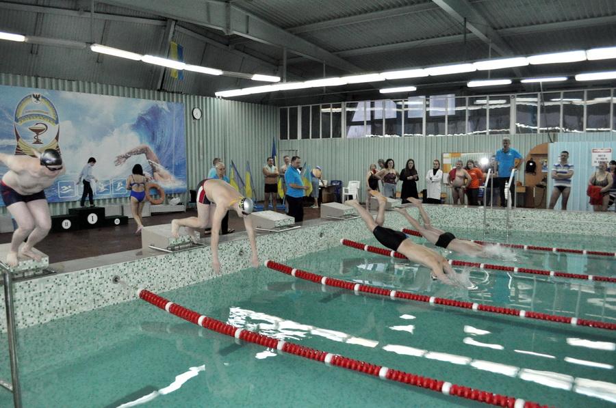 Викладачі франківського медуніверситету змагались у плаванні 3