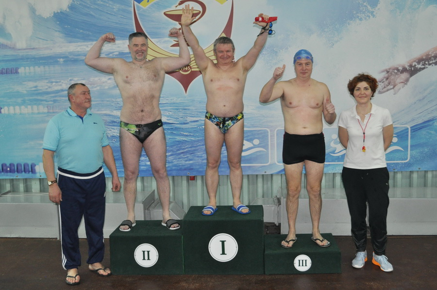 Викладачі франківського медуніверситету змагались у плаванні 7