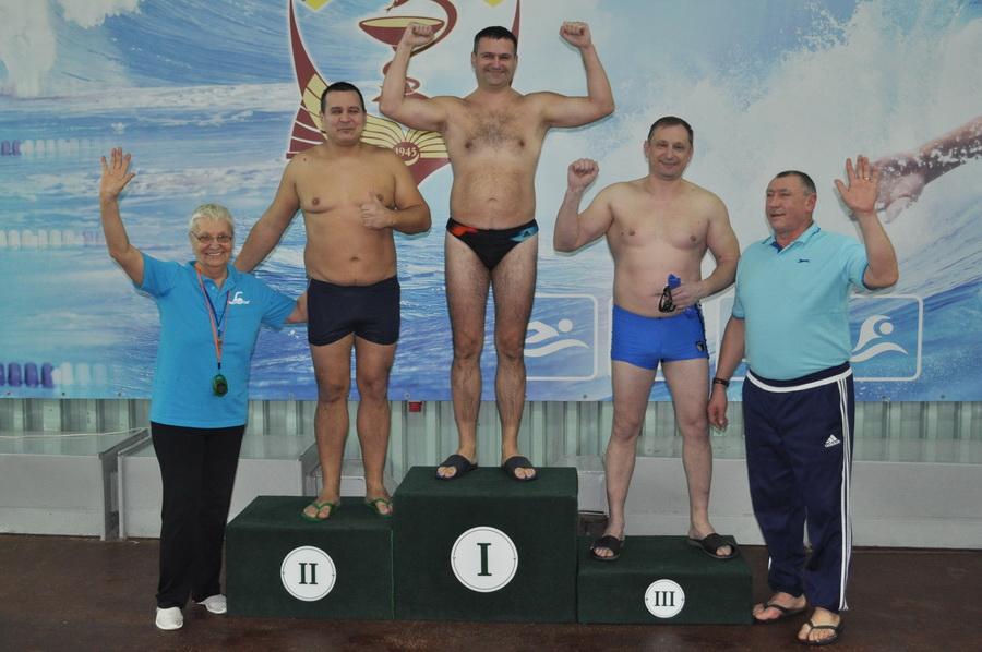 Викладачі франківського медуніверситету змагались у плаванні 8
