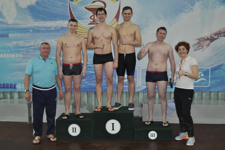 Викладачі франківського медуніверситету змагались у плаванні 9