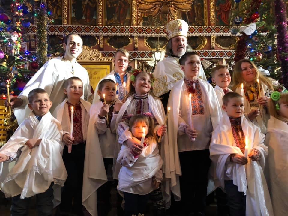 На Прикарпатті за один день охрестили цілу сім'ю - двох батьків та 10 дітей 1