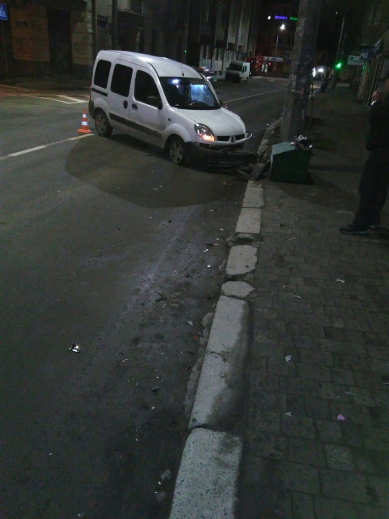 "У Франківську ""Renault"" врізався в електроопору – постраждала пасажирка 2"