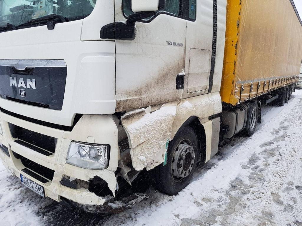 У мережах попереджають: на засніжених дорогах Прикарпаття від ранку сталося 5 ДТП 12