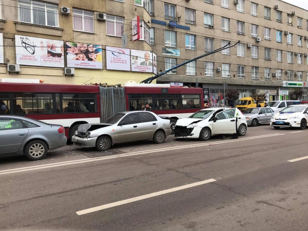 """В центрі Франківська """"поїздом"""" зіткнулися чотири машини 2"""