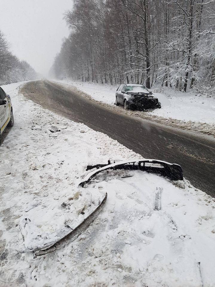 У мережах попереджають: на засніжених дорогах Прикарпаття від ранку сталося 5 ДТП 10