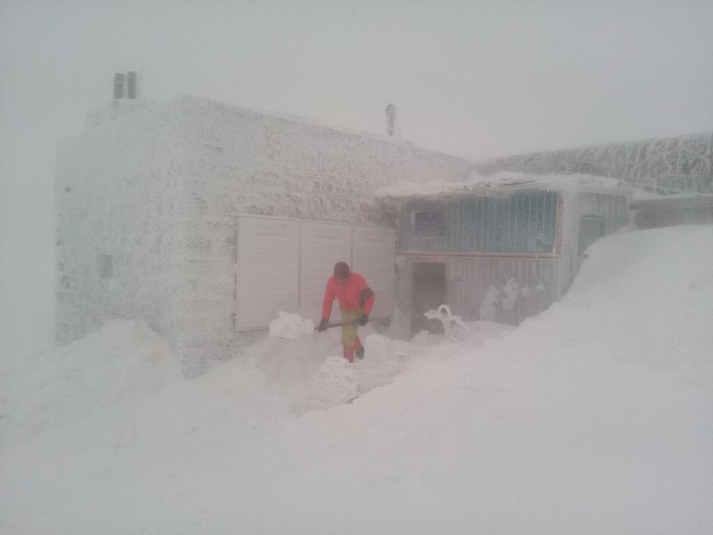 Зимова казка: прикарпатці діляться неймовірними фото та відео засніжених Карпат 18