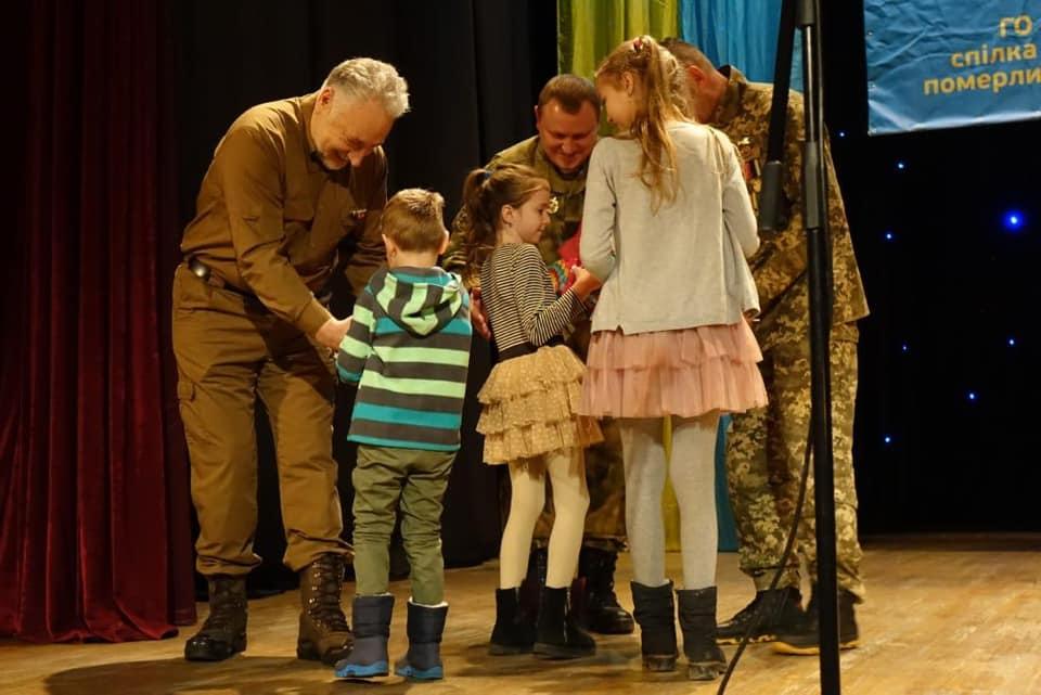 У Франківську дітям загиблих на війні правоохоронців вручили пам'ятні кулони 8