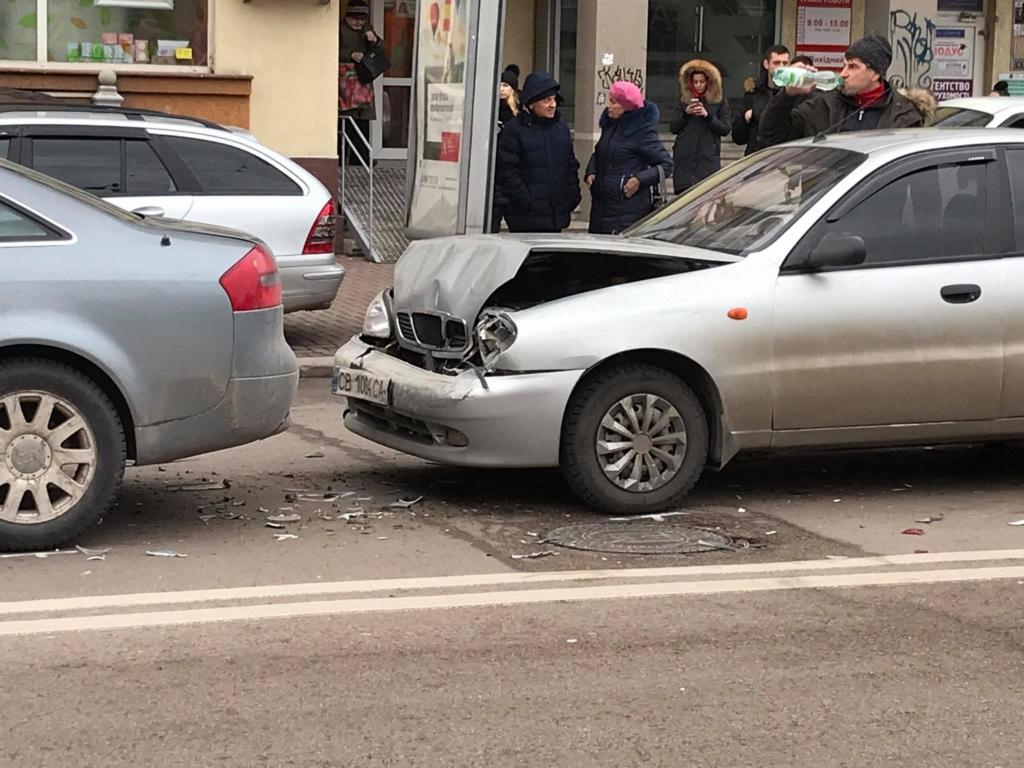"""В центрі Франківська """"поїздом"""" зіткнулися чотири машини 3"""